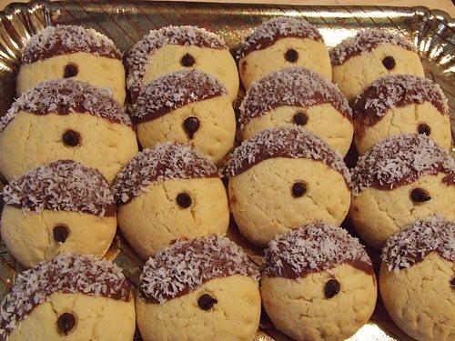 Biscuiti de cofetarie asezati pe un platou