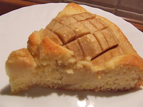 felie de tarta de mere asezata pe farfurie