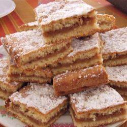bucati de placinta cu mere pe farfurie