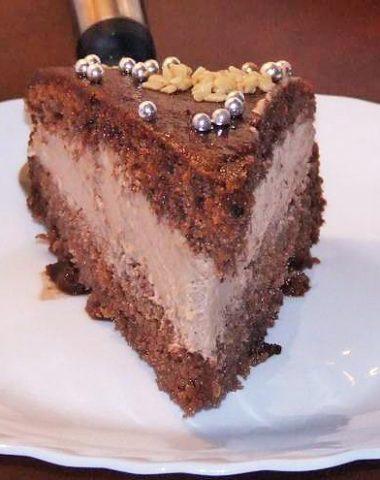 Felie de tort de ciocolata asezata pe o farfurie alba