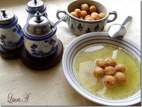 Supa de pui cu bulete de gris farfurie