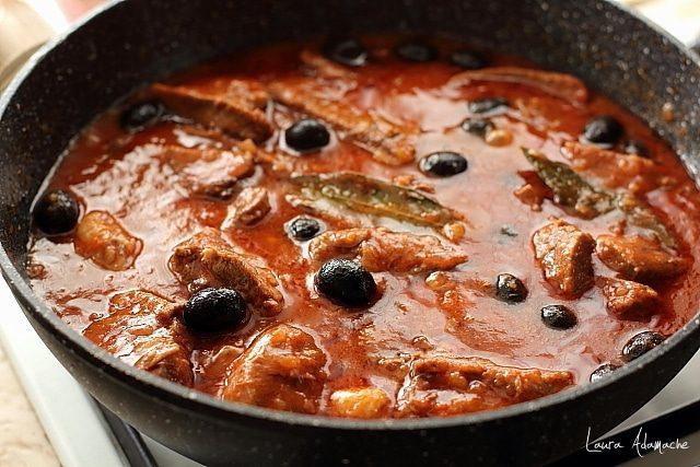 limba cu masline in sos de rosii