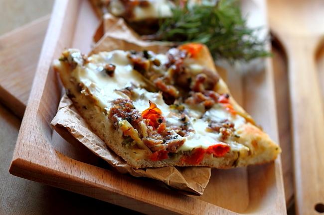Pizza de casa cu salata - felie