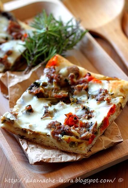 Pizza de casa cu salata - felie de pizza