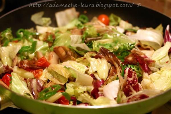 Pizza de casa cu salata - salata in tigaie