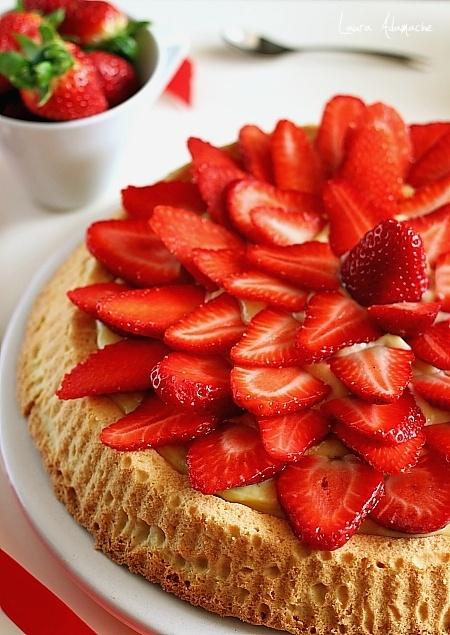 Tarta cu crema de vanilie si capsuni detaliu