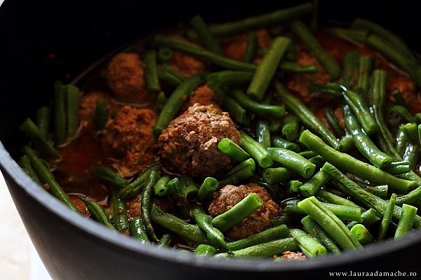 Mancare de fasole verde cu galuste de carne in cratita
