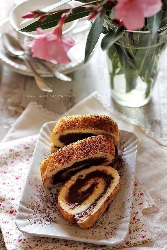 Rulada de ciocolata feliata, asezata pe o farfurie