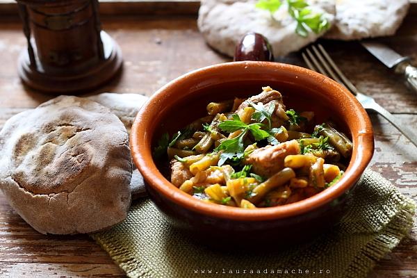 Mancare de fasole verde cu carne in vas de lut