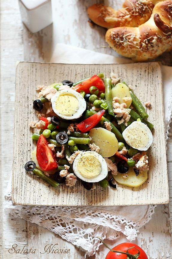 salata frantuzeasca nicoise asezata pe un platou