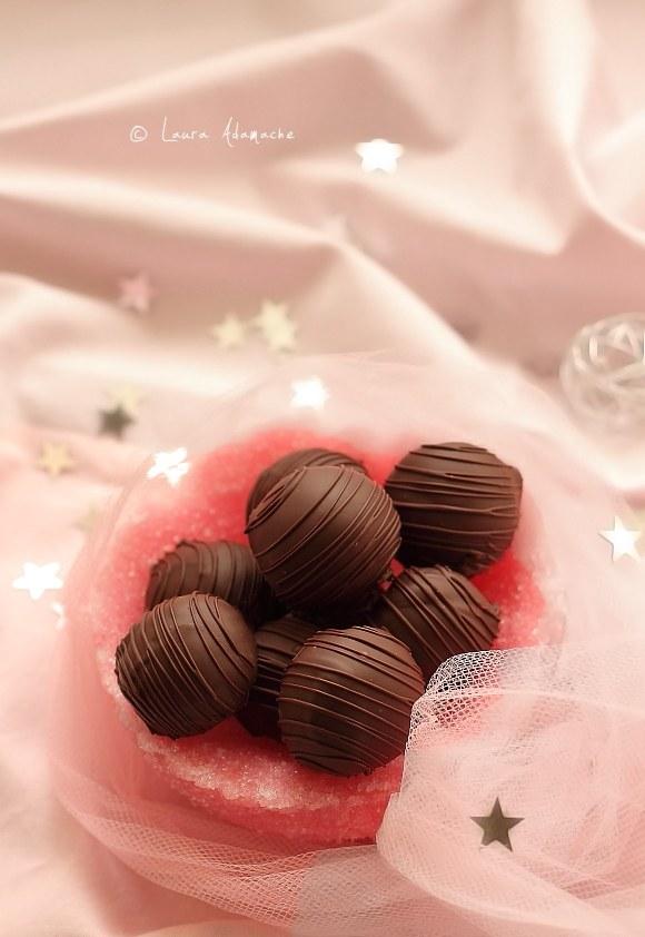 Bomboane de ciocolata si nuca de cocos in cos de zahar