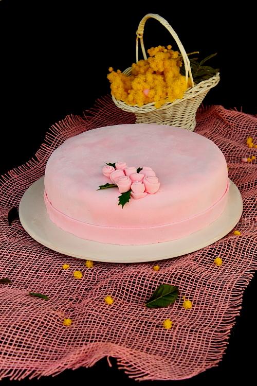Detaliu tort cu crema de piersici si fondant