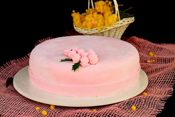 Detaliu tort cu crema de piersici