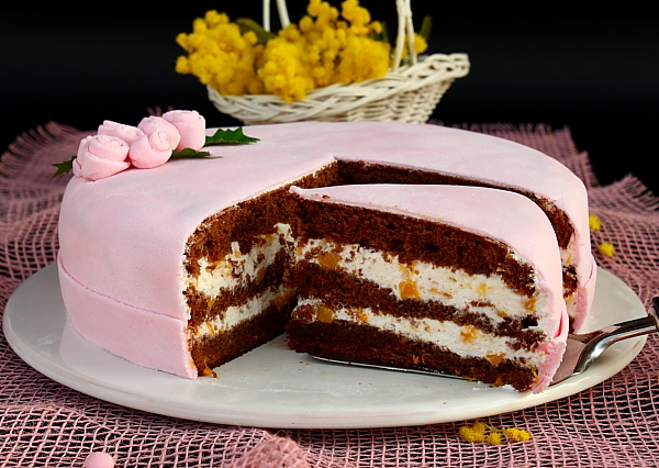Felie tort cu crema de piersici
