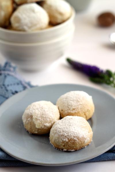 Biscuiti cu nuca asezati pe farfurie
