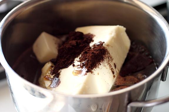 Chocolate mud cake cu crema de mure 1
