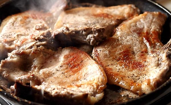 Cotlete de porc in sos de vin rosu preparare