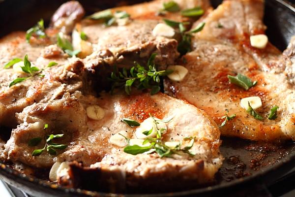 Cotlete de porc in sos de vin rosu detaliu preparare