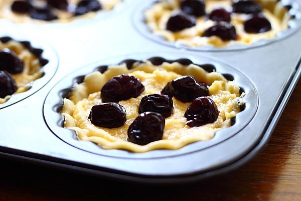 Mini tarte cu cirese si crema frangipane aluat fraged in forma tarte