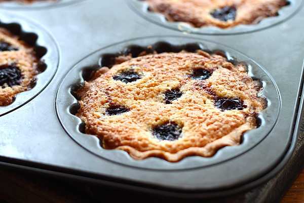 Mini tarte cu cirese si crema frangipane sectiune
