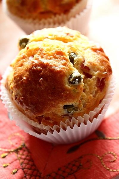 Muffins cu mazare si prosciutto