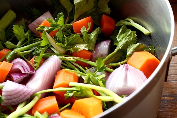 Vegeta de casa - legume taiate in oala