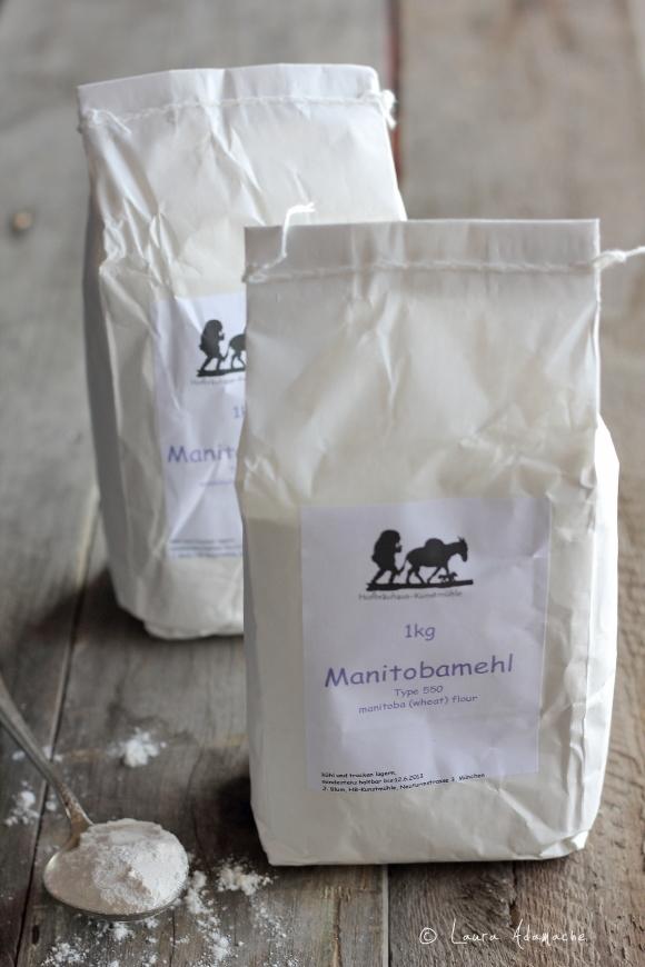 Chifle cu nuci - punga cu faina Manitoba