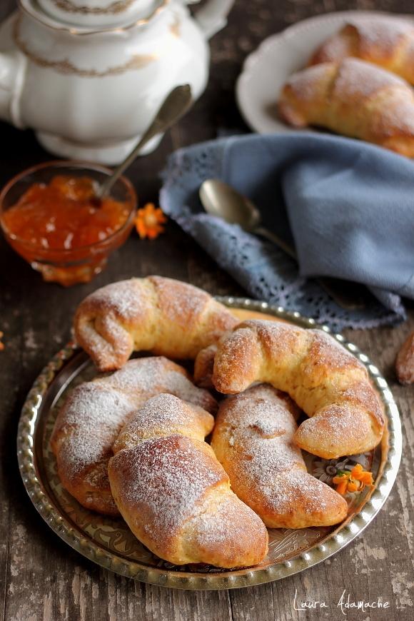 Cornuri pufoase cu morcovi si gem de piersici - detaliu