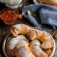 Cornuri pufoase cu morcovi si gem de piersici