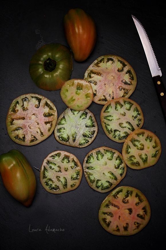 Salata de rosii verzi - felii de rosie inima de bou