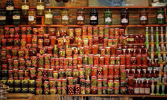 Perete plin cu conserve legume si fructe