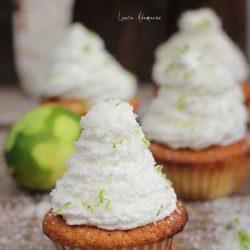 Cupcakes cu ananas ornati cu frisca si cocos