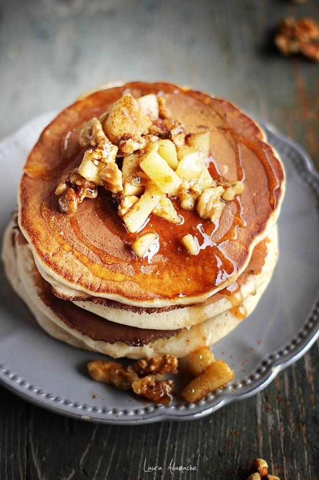 Detaliu pancakes cu mere pe farfurie