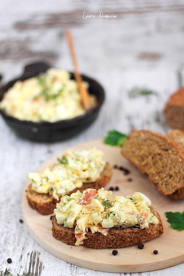 Salata de oua cu somon afumat detaliu