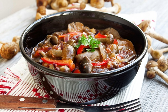 Fresh mushroom stew with red pepper and parsley