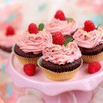 Cupcakes cu ciocolata si crema de zmeura