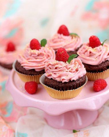 preparare-cupcakes-ciocolata-zmeura (3)