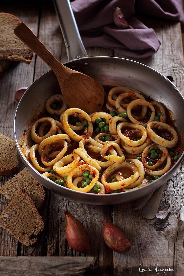Inele de calamar cu mazare si rosii | Retete culinare Laura Adamache