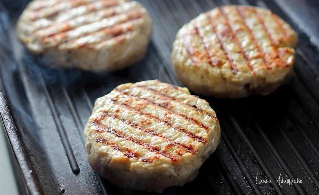 hamburger-curcan-pe-gratar