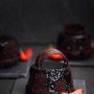 Muffins cu sos de vin rosu si ciocolata