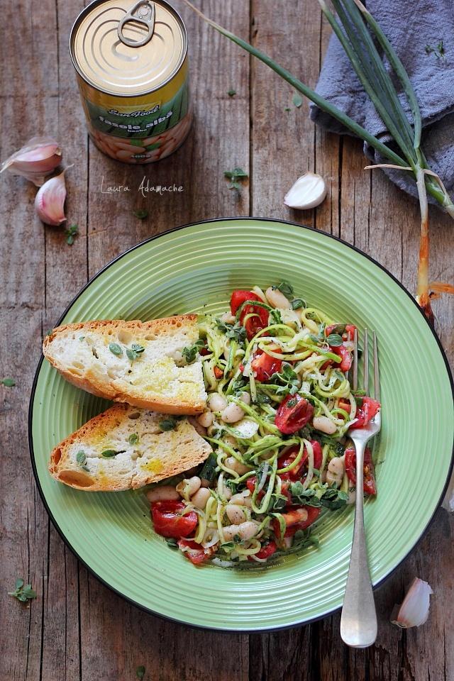 Salata de fasole boabe cu dovlecei si rosii farfurie