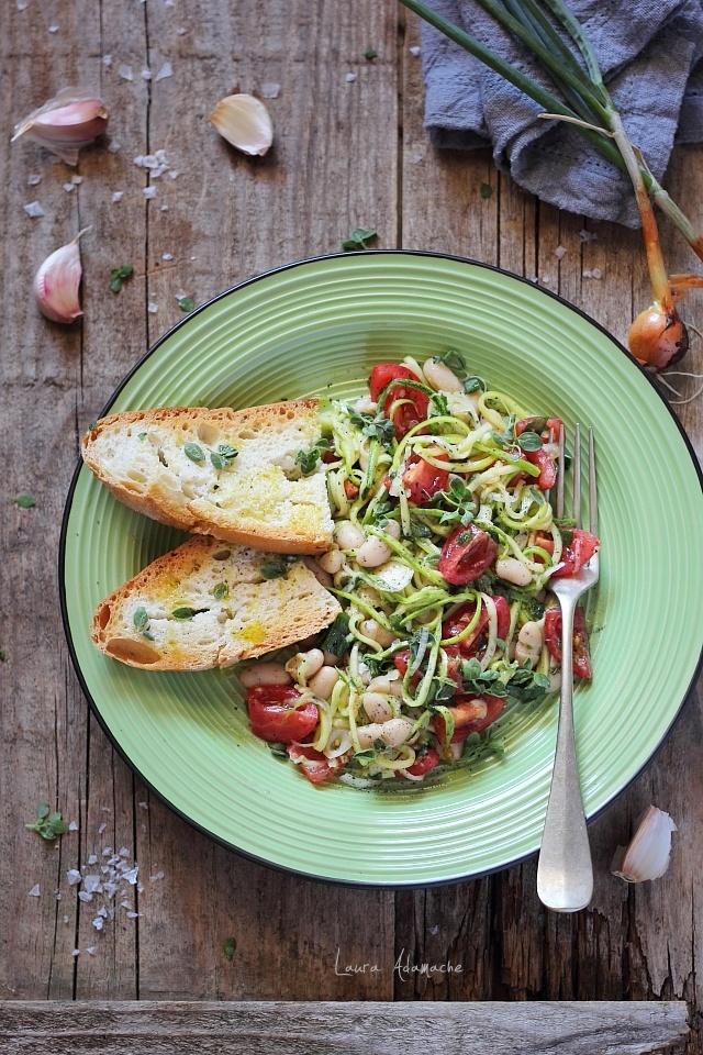Salata de fasole boabe cu dovlecei si rosii detaliu