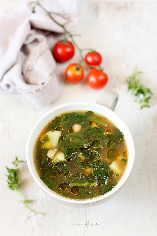 Farfurie cu supa cu naut si spanac