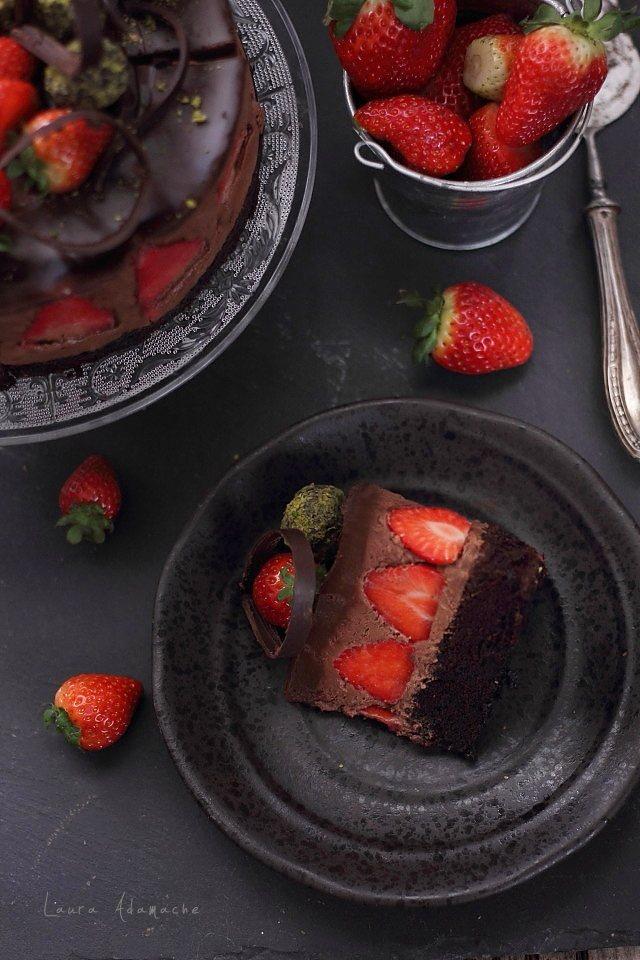 Tort de ciocolata cu capsune felie