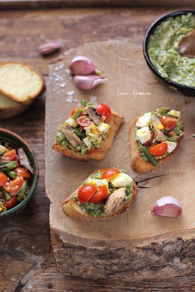 Bruschette cu pesto de fasole verde si macrou detaliu