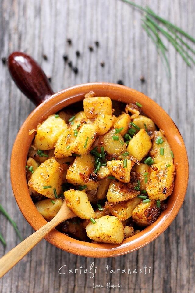 Cartofi taranesti cu ceapa si boia in vas de lut