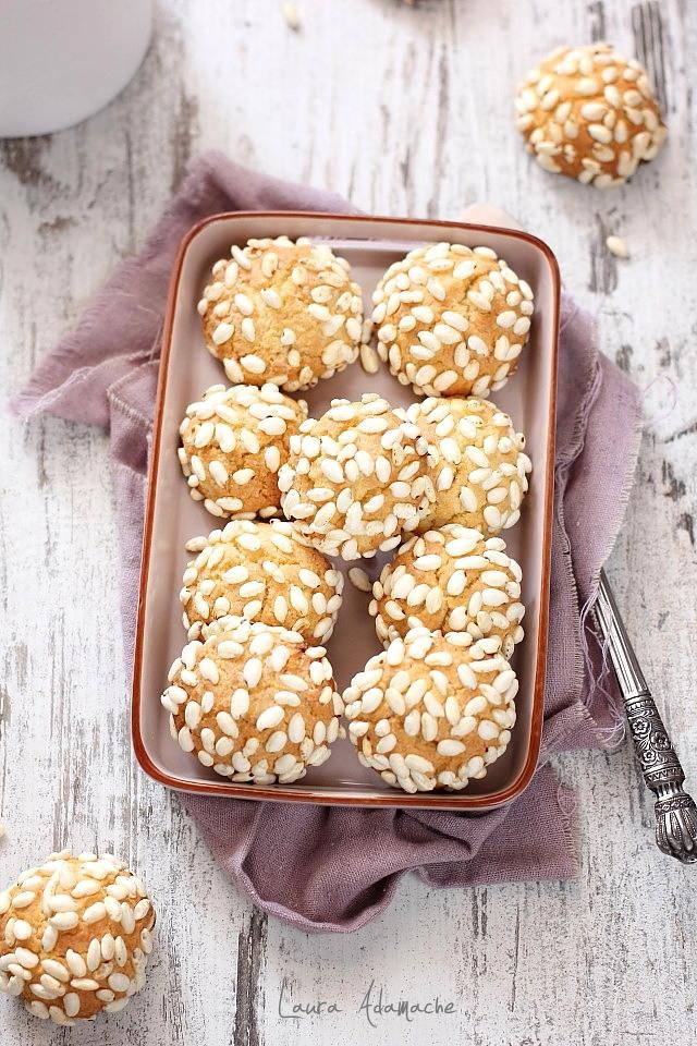 Biscuiti cu orez expandat si nuca de cocos platou