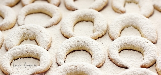 Vanillekipferl (cornulete fragede cu vanilie) coacere