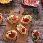 Bruschette cu macrou in sos tomat
