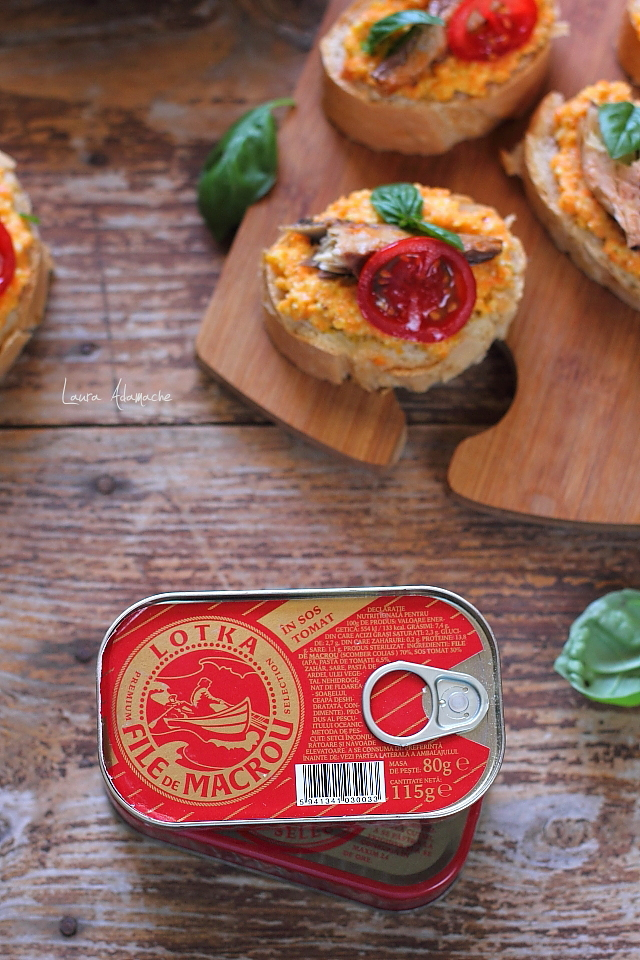 Bruschette cu macrou in sos tomat si pesto de morcovi detaliu